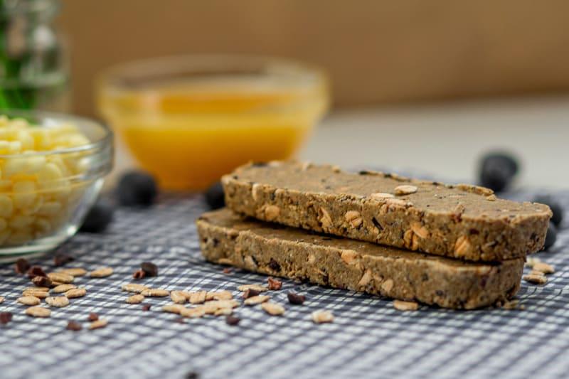 Beitragsbild Süßigkeitenersatz Blaubeere Butter Proteinriegel